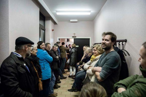De raadzaal in het gemeentehuis was te klein, een aantal burgers volgden de gemeenteraad in de gang.
