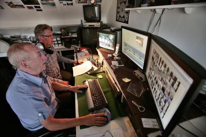 Frans Luijten (l) en Rien van Horik in de montagekamer. foto Ton van de Meulenhof