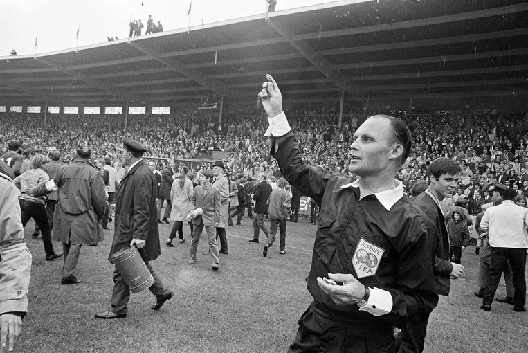 1968. Ajax werd kampioen van Nederland. Ongeveer 2 minuten voor het eind van de wedstrijd stroomden de gespannen supporters het veld op in de veronderstelling dat het eindsignaal al had geklonken. Scheidsrechter Lau van Ravens had de grootste moeite om het veld weer vrijgemaakt te krijgen. Beeld null