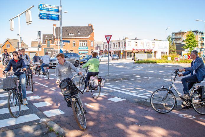 De rotonde in de Burgemeester Freijterslaan is één van de drukste en gevaarlijkste verkeerspleinen in Roosendaal. Ook na de opknapbeurt, menen verschillende verenigingen.