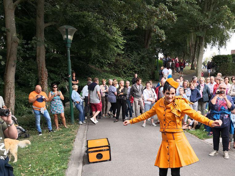 Kleurrijke figuren tijdens Park op Stelten.