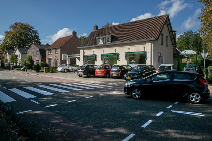 Het zebrapad op de hoek van de Raadhuisstraat en de Juliana de Lannoylaan ligt op de verkeerde plek.
