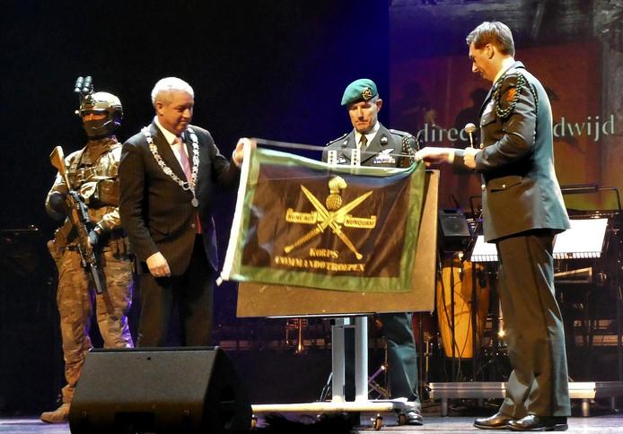 Het Korps Commando Troepen had als cadeau voor het jubileum een plaquette voor Roosendaal en haar inwoners. Foto Leo de Jaeger / Roosendaal 750 jaar