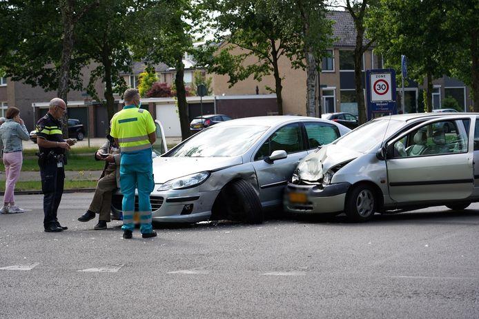 Auto's zijn zwaarbeschadigd bij een botsing in Oosterhout.