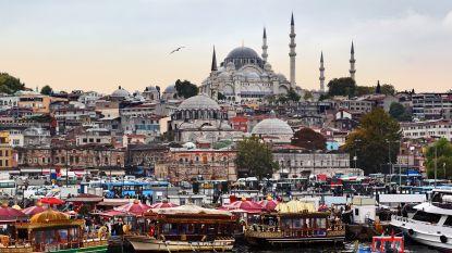 Buschauffeur rijdt mensen omver aan halte in Istanbul en valt dan iemand aan met mes