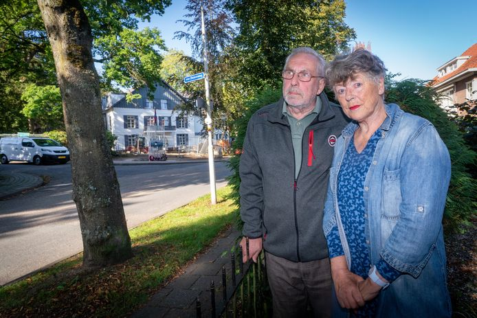 Hendrik Jan (76) en Hanneke (73) Oberink wonen tegenover het voormalige hotel Dreyeroord in Oosterbeek.