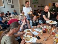 Driegangendiner voor minderbedeelden van sterrenkok in Den Bosch: 'Als het voor niks is smaakt het zo lekker, hè!'