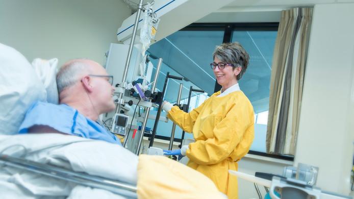 Een IC-verpleegkundige van Gelre ziekenhuizen verzorgt een patiënt voor overdracht naar een andere afdeling.