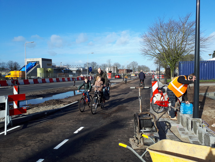 Hoewel de deklaag nog ontbreekt op het nieuwe fietspad langs de Plesmanweg, is het maandag open gesteld.