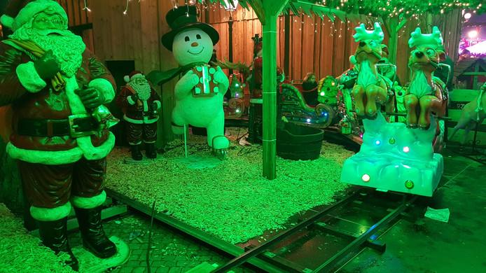 De kermisattracties zoals dit treintje in kerstsfeer.