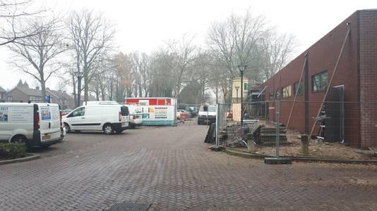 De parkeerplaats aan de Muldershof tijdens de verbouwing van de Aldi.