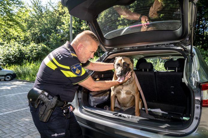 ,,Met dit weer een hond in de auto achterlaten kan echt niet'', zegt Hans Manse van de dierenpolitie.