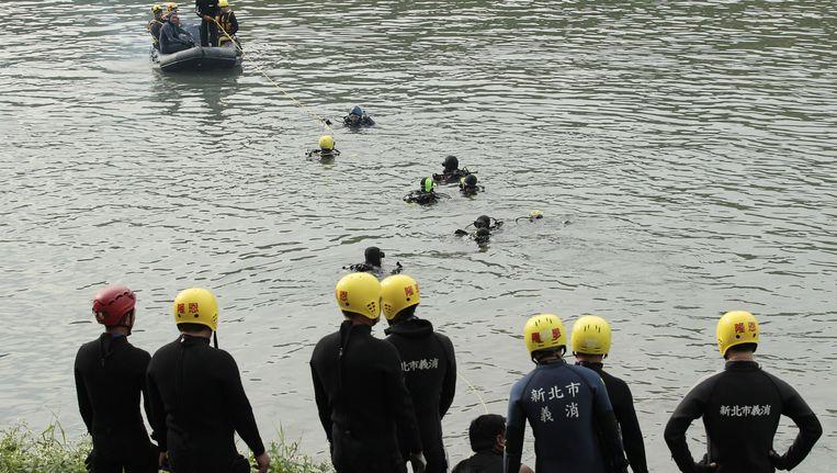 Reddingswerkers zoeken naar slachtoffers van de vliegtuigcrash met het toestel van TransAsia in Taiwan