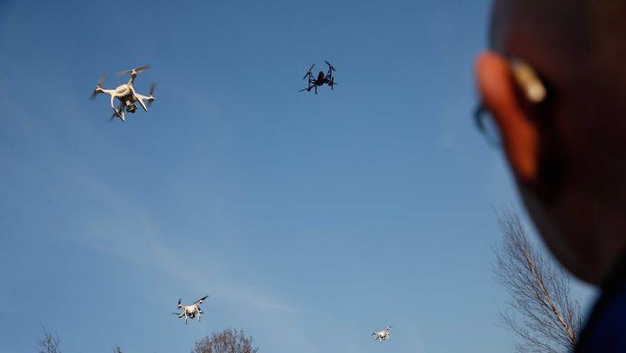 Een negentienjarige Amsterdammer is zaterdagmiddag in de buurt van Schiphol staande gehouden omdat hij daar een drone liet vliegen.