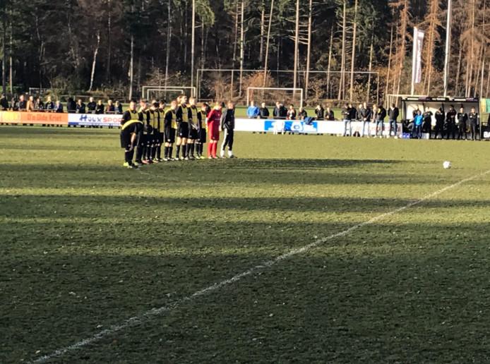Na een minuut stilte voor een Vorden-vrijwilliger start Vorden aan de thuiswedstrijd tegen FC Winterswijk.