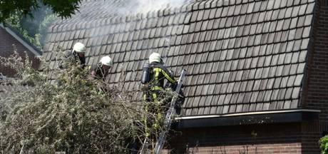 Brandweer voorkomt grote brand in Nijverdal nadat coniferenhaag vlam vat