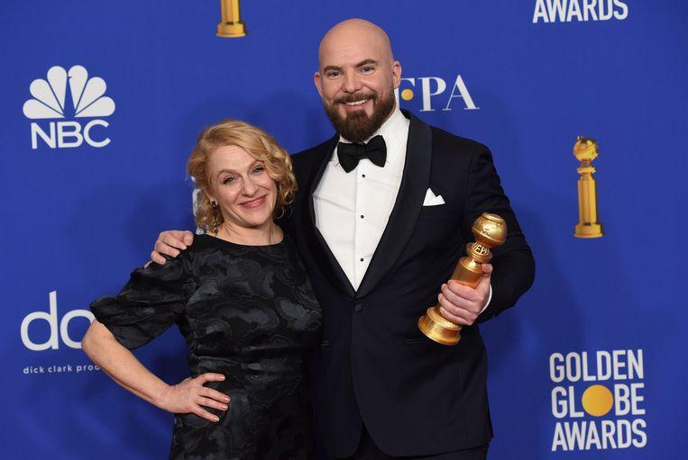 Arianne Sutner en Chris Butler poseren met de Golden Globe voor 'Missing Link'.