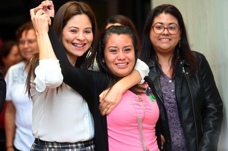 Evelyn Hernández (midden) viert haar vrijspraak in San Salvador.  Beeld null