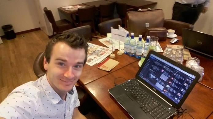 Gelderlander-redacteur Albert Heller achter de laptop op de pop-up redactie in Hotel Kruller.
