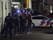 Bewoner appartement Aalten door arrestatieteam afgevoerd met blinddoek voor in zwarte Audi