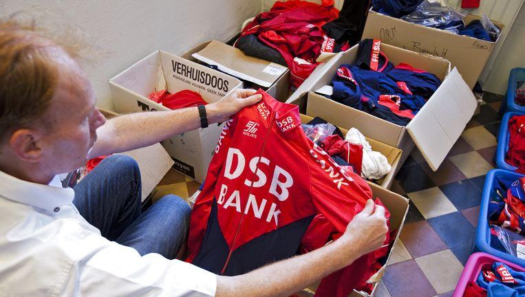 Schaatspakken die in 2011 werden geveild, als onderdeel van de inboedel van de failliete DSB-bank. Beeld null