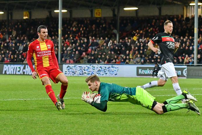 Antoine Rabillard komt net te laat, NEC-doelman Mattijs Branderhorst heeft de bal. Rabillard zou later wel scoren en een assist leveren voor Go Ahead Eagles.