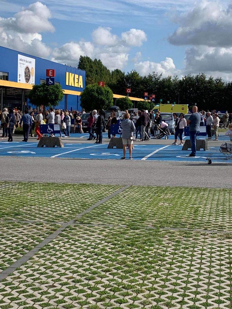 De aanwezige shoppers werden naar buiten gestuurd.