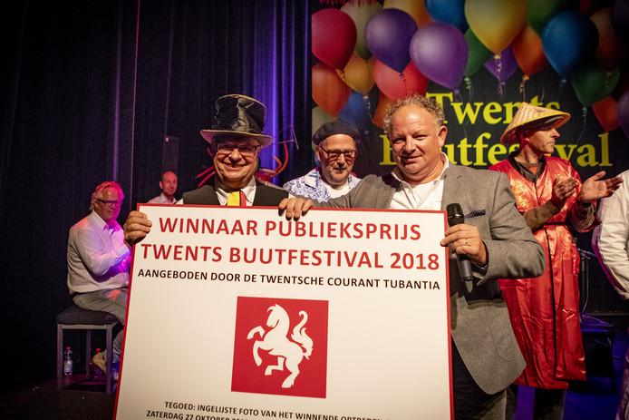 Karel van de Kate ontvangt uit handen van Engelbert Heideman van de Twentsche Courant Tubantia de publieksprijs.