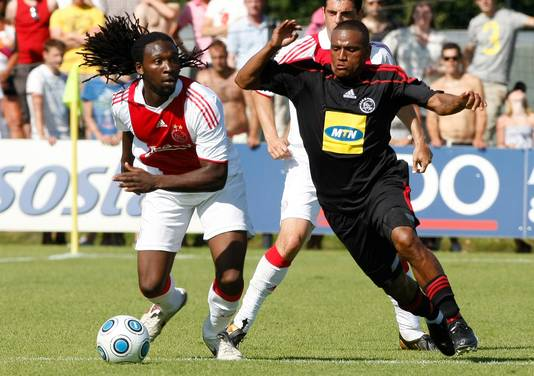 Evander Sno (links) in 2009 namens Ajax in duel met Franklin Cale van Ajax Cape Town. Sno speelde onder meer speelde voor Ajax, RKC, NEC en het Schotse Celtic.