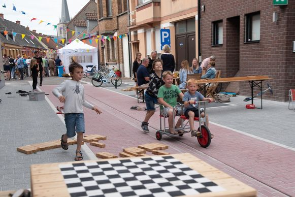 Net als bij de opening vorig jaar wordt de Strijpstraat in Zingem zondag ingepalmd door spelende kinderen.