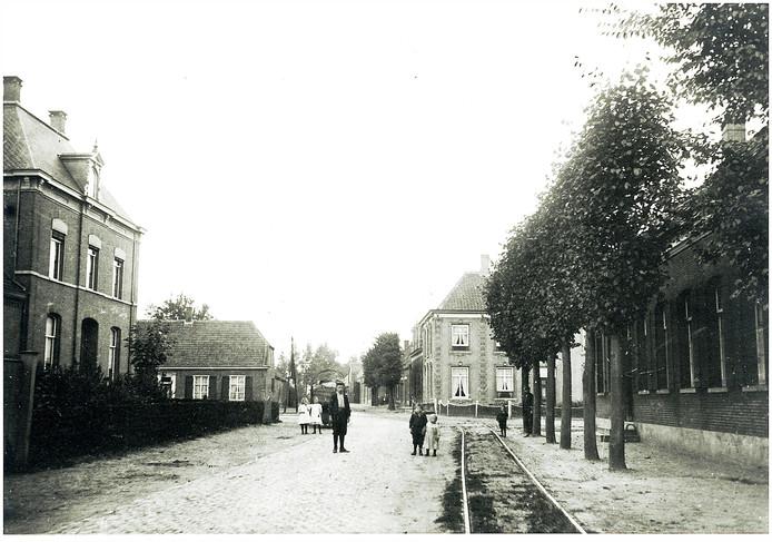 Blik op de Kromstraat vanuit de Dorpstraat op een foto uit 1905.
