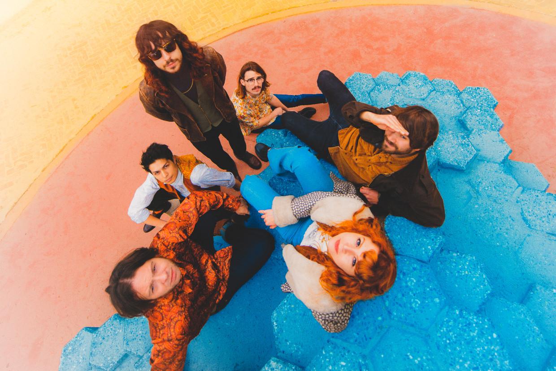 De zes leden van Altin Gün, met helemaal rechts Jasper Verhulst.   Beeld Sanja Marusic
