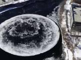 Bijzonder: gigantische ijsschijf draait rond op de rivier
