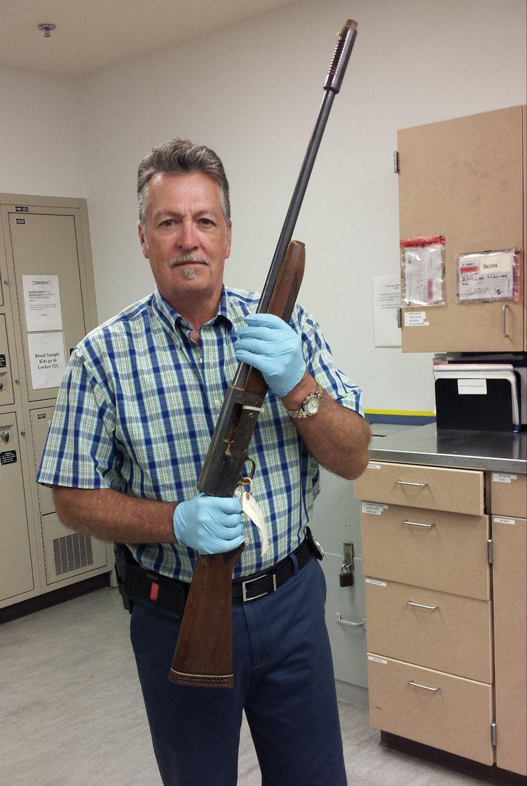 Agent Michael Ciesynski toont het geweer waarmee Cobain zich op 8 April 1994 van het leven beroofde.