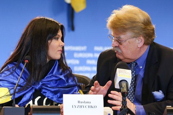 Elmar Brok (rechts) eerder deze week in Brussel naast de Oekraïense zangeres en politiek activiste Ruslana Lizjitsjko.