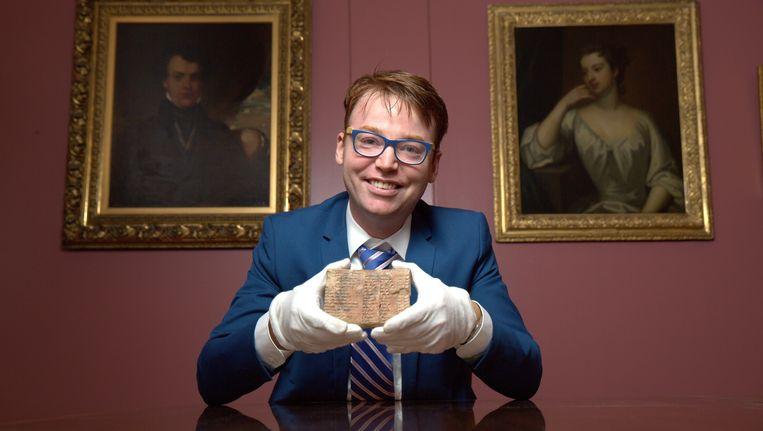 Professor Daniel Mansfield met het beroemde Plimpton 322-tablet.