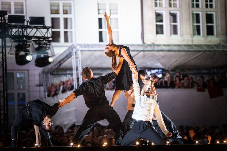 De dansers halen acrobatische toeren uit op het podium van West Side Story.