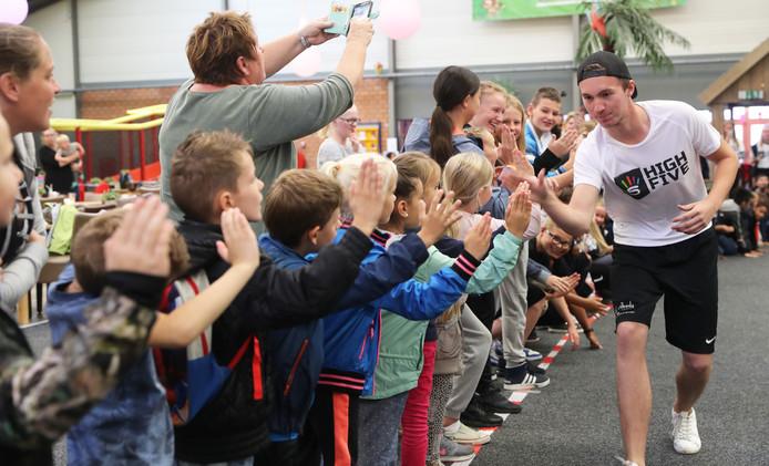 Spijkenisse Poging om wereldrecord high-five geven te verbreken bij Monkey Town