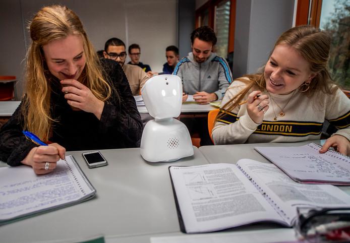 De 18-jarige Rachelle Stormbroek zit regelmatig ziek thuis, maar kan via een robot tóch de lessen volgen. Haar vriendinnen Mariëlle (links) en Fleur nemen de robot steeds mee.