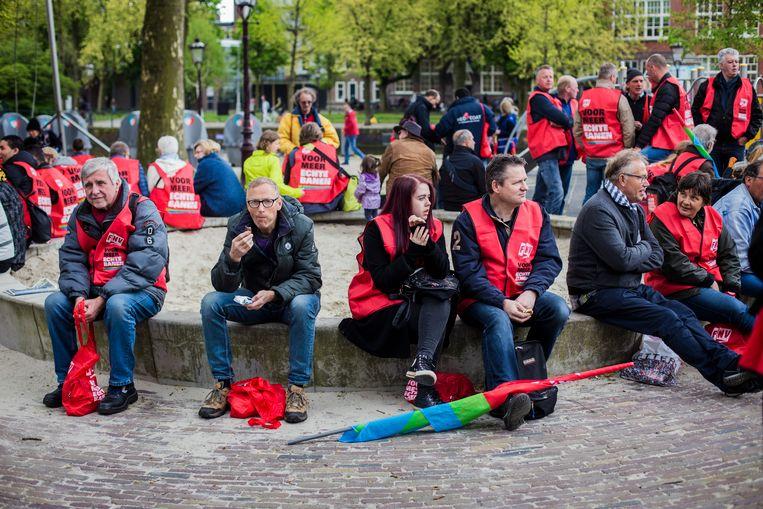Vorig jaar kwam de achterban van oa de Federatie Nederlandse Vakbeweging (FNV) en de Communistische partij van Iran bijeen in Amsterdam om de Dag van de Arbeid te vieren.