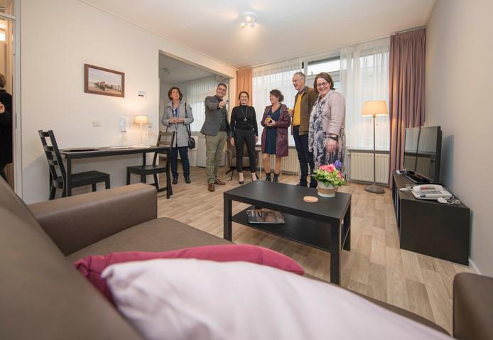Het eerste appartement van het Zorgpension met vlnr, wethouder Annebeth Evertz, Henk Bakx met de sleutel, Eline Schrier, Jerphie van Wel, Johan de Jong (huisartsen) en directrice Cederhof Inge van den Boomen.
