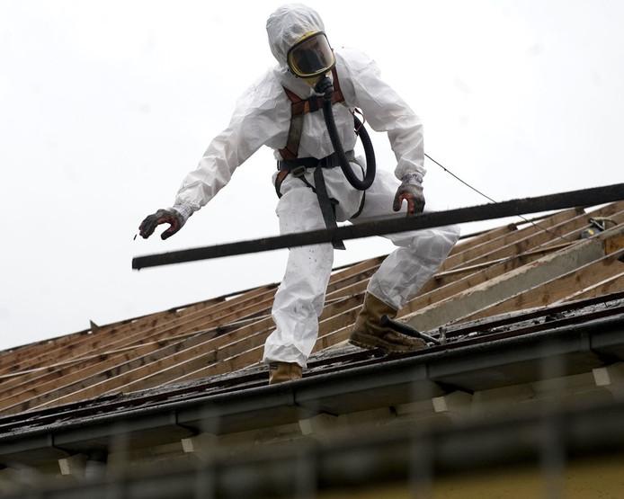 Met name op oude schuren en stallen bij boerderijen liggen nog veel asbestdaken.