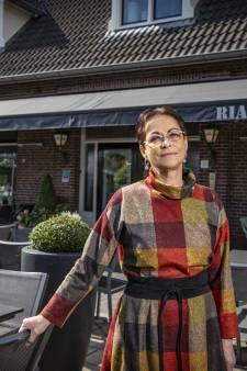 Ria's Eetcafé in Mander is een begrip, maar de keukenkoningin hangt kookschort aan de wilgen