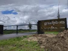 Begraafplaats Noordtoren  Zevenbergen klimt uit het dal