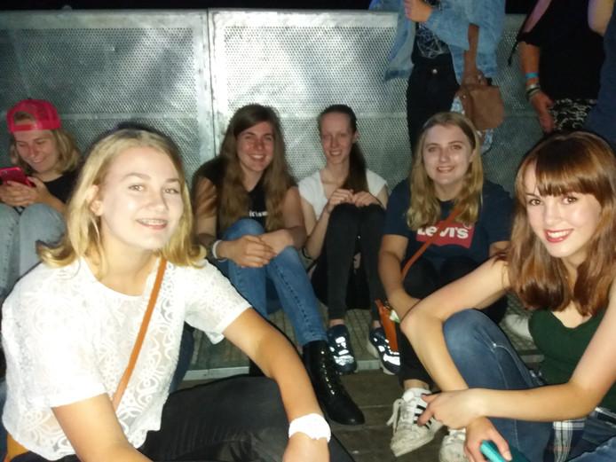 Emma, Dominique, Stella, Anouk en Vera (vlnr) stonden als eerste in de tent bij het podium.