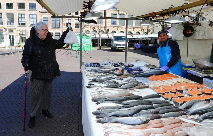 Siska van Gent haalt - net zoals elke week - haar visje bij visboer Nadir Ayadi op de Gorcumse weekmarkt.