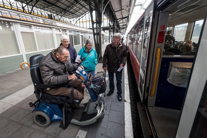 De trein richting Oldenzaal staat klaar voor de passagiers.