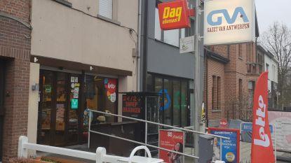 """Uitbaatster van krantenwinkel loopt kneuzingen op bij overval: """"Een van hen begon plots te trappen"""""""