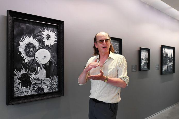 ZUNDERT  Ron Dirven vertelt gepassioneerd over zijn nieuwste tentoonstelling in het van GoghHuis. Foto Jan Stads / Pix4Profs