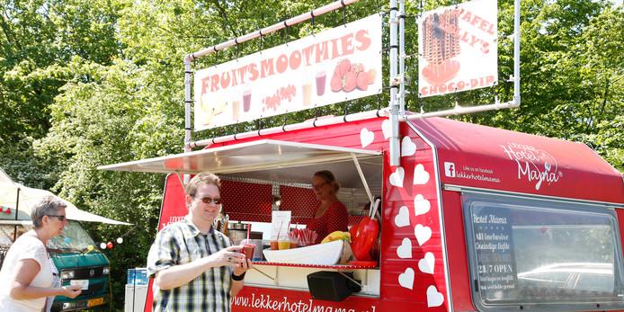 De rode foodtruck van Hotel Mama staat op veel foodtruckfestivals van Toost en strijkt nu drie dagen neer in Brielle, ditmaal niet met smoothies maar met wafellolly's.